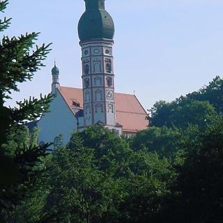 Ein Blick zurück und wir sehen die Klosterkirche.