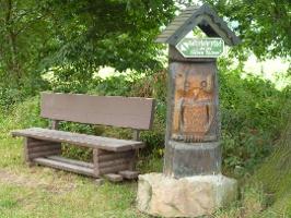 Foto Am Startpunkt des Lehrpfades befindet sich eine geschnitzte Holzeule