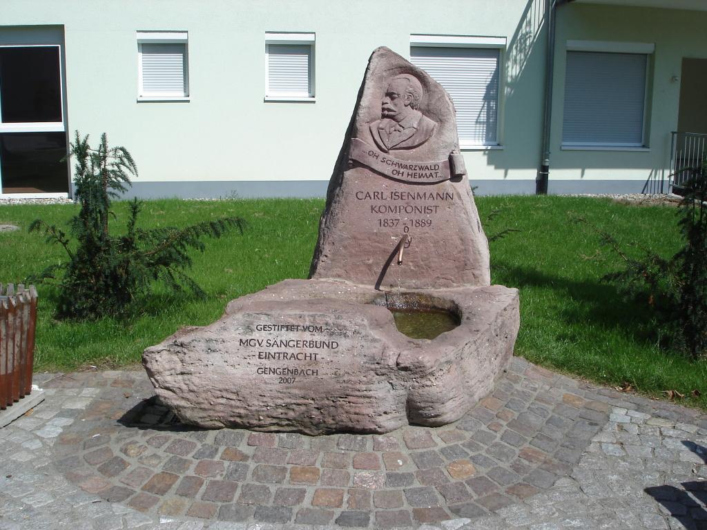 Der Brunnen am Bahnhof erinnert an den Komponisten Carl Isenmann