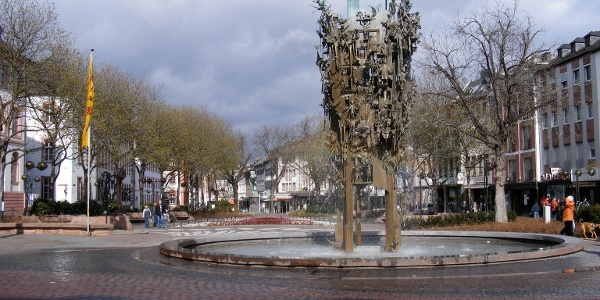 Der Mainzer Fastnachtsbrunnen zieht alle Blicke auf sich.