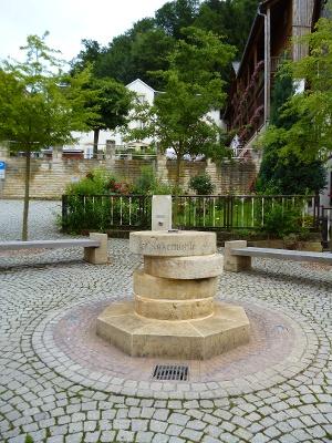 Foto Der Brunnen aus vier Mühlsteinen