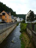 Foto Durch die Ortschaft Krippen plätschert der Dorfbach