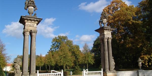 Die Architekten und Landschaftsgestalter Kemmeter, Knobelsdorff und Glume schufen im 18. Jahrhundert eine faszinierende Schloss- und Parkanlage.