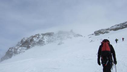 Mit Pickel und Steigeisen zum Gipfel.