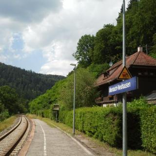 Die Bahnstation Monbach.
