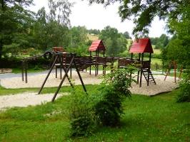 Foto An den Minigolfplatz grenzt ein Spielplatz