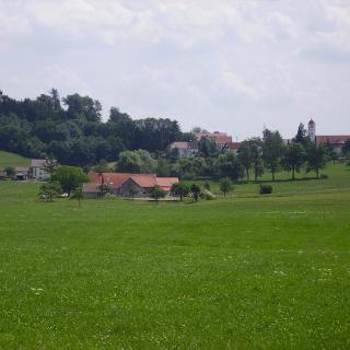 Blick auf die Felder rund um Schloss Kronburg.