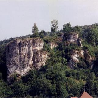 Burg Streitberg mit Blick auf die Burgfelsen.