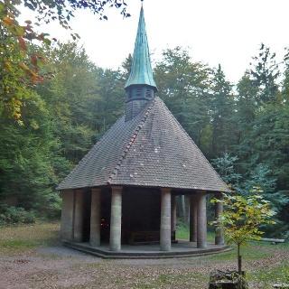Die Winterkirchel-Wallfahrtskapelle steht idyllisch auf einem Bergsattel zwischen Hauenstein und Erfweiler.