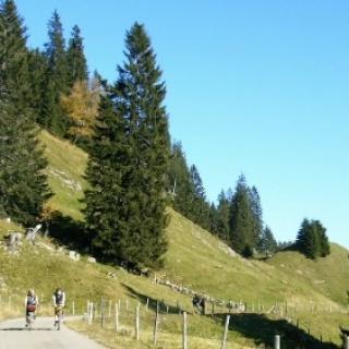 An den Bergen entlang führt unsere Tour.