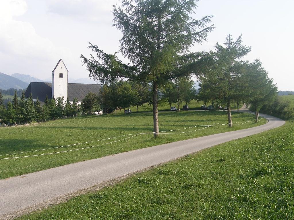 Am Anfang unserer Tour blicken wir auf St. Michael, die Kirche Mittelbergs.    - © Quelle: Outdooractive Redaktion