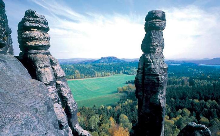 Foto Auch links der Elbe finden wir imposante Felsnadeln aus hellem Sandstein.