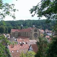 Die Abteikirche überragt die Häuser der Otterberger Altstadt.
