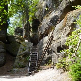 Über Leitern durch das Felsenlabyrinth