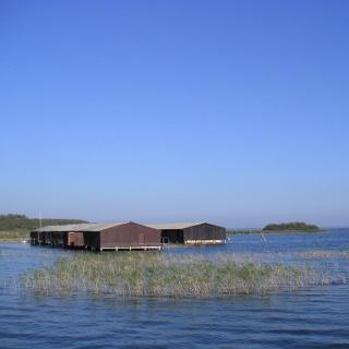 Einige der Bootshütten auf der Müritz bei Sietow.