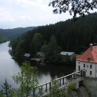 Der Blick auf das Kraftwerk des Höllensteinsees.