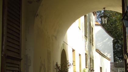 Den Burghof mit hübscher Kapelle erreichen wir durch das Haupttor mit dicken, wehrhaften Mauern.