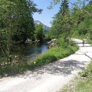 Der Radweg im Tal der Vils führt uns immer am Fluss entlang.