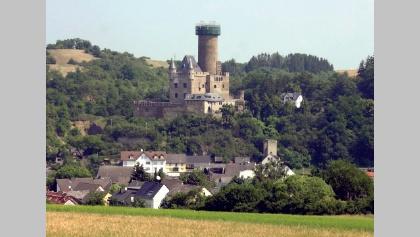 Imposant thront die Burg Schwalbach über dem gleichnamigen kleinen Ort.