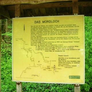 Informationstafel vor der Höhle Mordsloch.