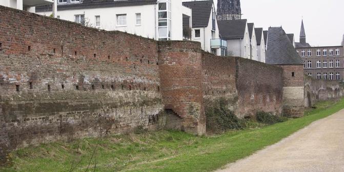 Reste der Duisburger Stadtmauer am Innenhafen.