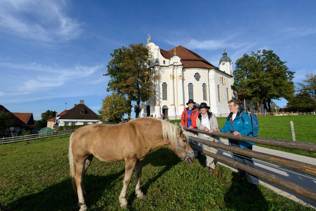 An der Wieskirche vorbei geht es weiter nach Steingaden (Wolfgang Ehn)
