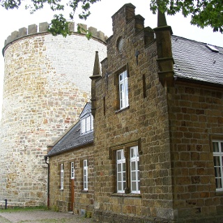 Von der Burg Ravensberg sind nur noch der Bergfried und Reste der Mauer erhalten.