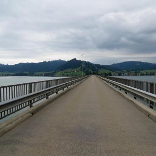Die 1 km lange Brücke nach Willerzell ist nicht gerade bikefreundlich