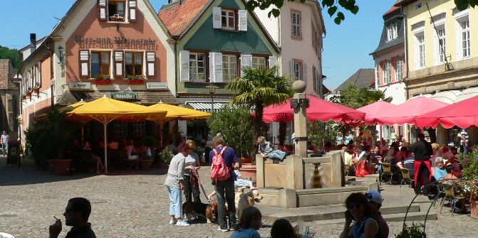 Südländisches Flair herrscht auf dem malerischen Römerplatz.