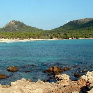 Strand von Cala Agulla und Puig de S' Aguila.