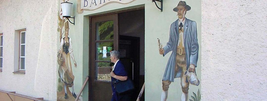 Malereien schmücken die Wände des Bahnhofs in Dießen.