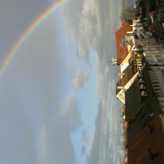 Markstätte in Konstanz mit Seezugang und Regenbogen.