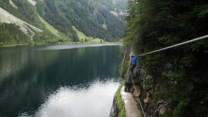 Die Seilbrücke verläuft teilweise direkt über dem Wanderweg.