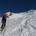 Über die markante und mäßig steile Mulde geht es nun in Richtung Gipfel.