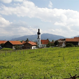 Den Kirchturm des Ortes sieht man schon von Weitem.