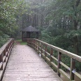 Wenige hundert Meter hinter dieser Brücke bei Krümmel können wir an einer wunderschönen Badestelle am Nebelsee rasten.