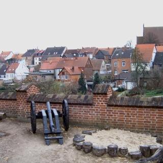 Von der Alten Burg schweift der Blick über die historische Altstadt und die Stadtkirche St. Marien.