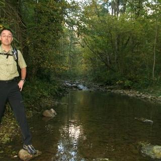 Heinz Obinger hat nach rund zwei Kilometern Abstieg in der Schmerachschlucht das Bachufer erreicht