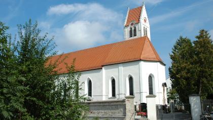 Spätgotische Kirchen wie St. Peter in Ampermoching sind prägend für das Dachauer Hinterland.