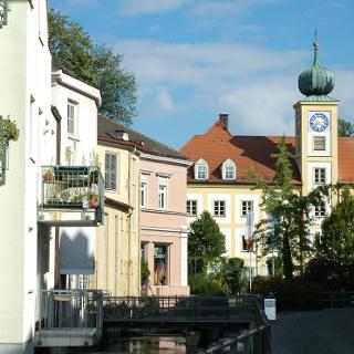 Die Innenstadt von Freising besticht mit pittoresken Häuserfassaden und kleinen Kanälen.