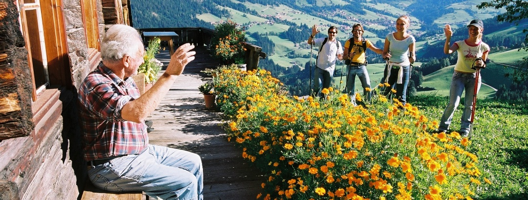 Begrüßung der Wanderer im Alpbachtal.