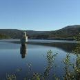 Durch den Betonturm im See wird das Wasser entnommen.