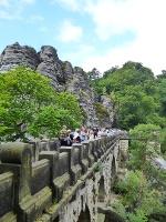 Foto Die Basteibrücke führt durch Sandstein