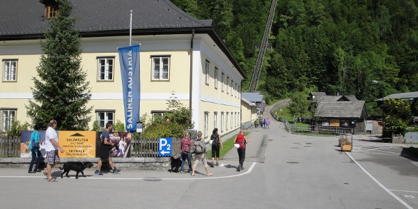 Nach links zum Parkplatz - geradeaus zum Klettersteig