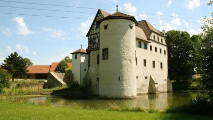 Seine heutige Gestalt erhielt das Wasserschloss in Rossrieth am Ende des 16. Jh. unter den Freiherren von Bibra.