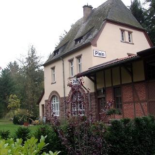 Altes Bahnhofshäuschen am Wegrand.