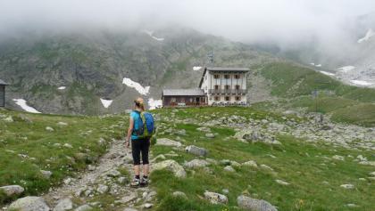 Noch einmal schweift der Blick zurück zur Tribulaunhütte, bevor wir den Rückweg antreten.