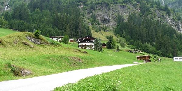 Ausgangspunkt ist der Parkplatz unterhalb der Häuser von Stein.