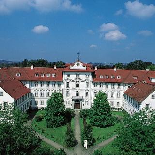 In strahlendem Weiß leuchtet die Fassade des Barockschlosses von Bad Wurzach.