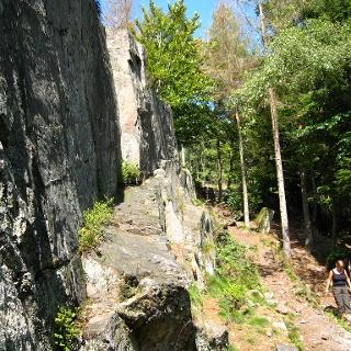 Schroffe Felswände entlang des Losheimer Felsenweges.